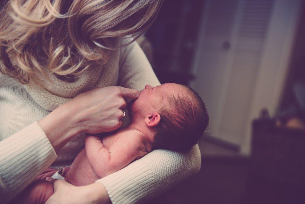 Baby auf dem Arm